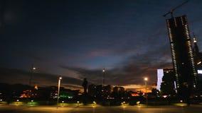 Torre y faro iluminados famosos del alfabeto en el bulevar de Batumi en crepúsculo almacen de metraje de vídeo