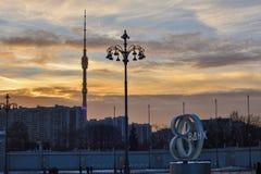 Torre y farol de la televisión de Ostankino imagen de archivo