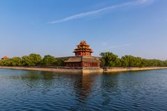 Torre y fosa de la esquina de la ciudad Prohibida debajo del cielo azul, en Pekín, China fotografía de archivo