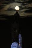 Torre y luna estupenda Imagen de archivo