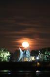 Torre y luna estupenda Fotografía de archivo