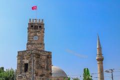 Torre y mezquita de reloj con el alminar en fondo Antalya, Turquía foto de archivo libre de regalías