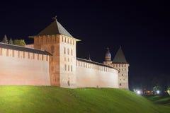 Torre y pared de Novgorod el Kremlin en septiembre en la noche Veliky Novgorod Fotos de archivo