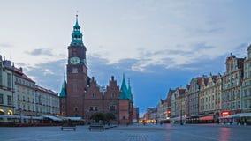 Torre y plaza principal de reloj en Wroclaw Lapso de tiempo metrajes