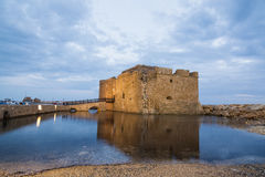 Torre y puente del castillo en Paphos, Chipre Fotos de archivo