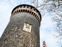 Torre y ramas de árbol desnudas en Milán en primavera imagenes de archivo