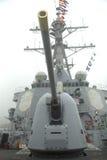 Torrecilla que contiene un arma de 5 pulgadas en la cubierta del destructor USS Cole del misil teledirigido de la marina de guerr Fotografía de archivo