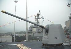 Torrecilla que contiene un arma de 5 pulgadas en la cubierta del destructor USS McFaul del misil teledirigido de la marina de gue Foto de archivo