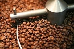 Torrefazione dei chicchi di caffè Immagini Stock