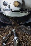 Torrefazione del chicco di caffè Fotografia Stock