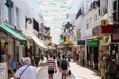 TORREMOLINOS, HISZPANIA, Andalusia Costa Del Zol, Maj 21, -, 2019 Kupujący i turyści chodzimy wzdłuż najwięcej popularnej ulicy w obrazy royalty free