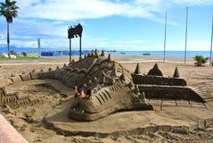 TORREMOLINOS, SPANIEN - 13. FEBRUAR 2014: Eine Skulptur eines Drachen bereitete sich während einer Touristensaison vor Stockbilder