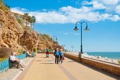 TORREMOLINOS SPANIEN - FEBRUARI 13, 2014: En promenad nära Punta Arkivfoton