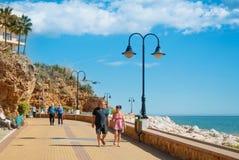 TORREMOLINOS SPANIEN - FEBRUARI 13, 2014: En promenad nära Punta Royaltyfri Bild