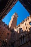 Torren del Mangia är ett torn i Siena, Italien Arkivfoto