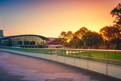 Torrens fotbro i Adelaide CBD på solnedgången Arkivfoton