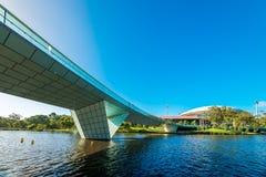 Torrens-Fuß Brücke und Adelaide Oval angesehen über Fluss Stockfoto