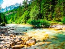 Torrente claro del agua con las montañas imagenes de archivo