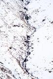 Torrente montano attraverso neve fotografie stock