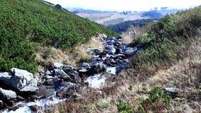 Torrente montano nelle montagne Una foschia che aumenta dalla valle nella distanza archivi video