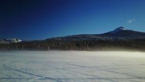 Torrente montano piena di vapore nell'inverno 3 video d archivio
