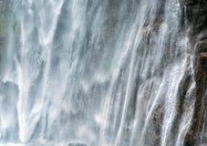 Torrente potente del agua que conecta en cascada abajo de un acantilado Imagen de archivo