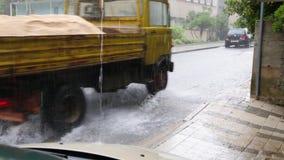 Torrential nederbörd lager videofilmer