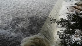 Torrential vattenfallspring, flodurladdning lager videofilmer