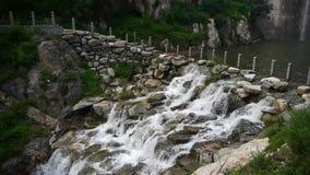 Torrential vattenfallspring, flodurladdning stock video