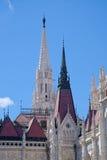 Torres afiadas da construção do parlamento húngaro Fotos de Stock