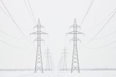 Torres al horizonte en invierno, cosecha horizontal de la transmisión imágenes de archivo libres de regalías
