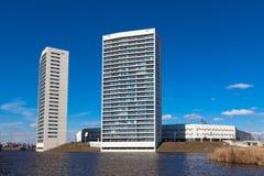 Torres altas del apartamento en el frente del agua con el cielo azul imagenes de archivo
