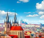 Torres altas dos pináculos da igreja de Tyn na cidade de Praga fotos de stock