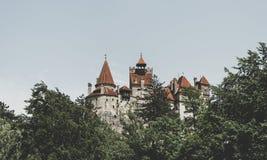 Torres cênicos do farelo do castelo A residência legendária de Drakula nas montanhas Carpathian, Romênia foto de stock