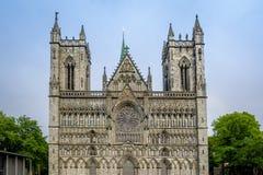 Torres da catedral de Nidarosdomen em Trondheim, Noruega imagens de stock