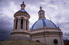 Torres da catedral em Cuenca, Equador fotografia de stock
