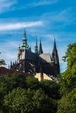 Torres da catedral metropolitana de Saint Vitus Wenceslaus e Foto de Stock Royalty Free