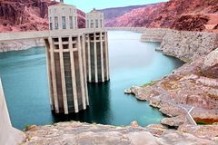 Torres da entrada do Arizona da barragem Hoover foto de stock