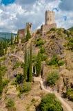 Torres da excursão Regine e da taberna do La com o trajeto de passeio em Lastours Imagem de Stock Royalty Free