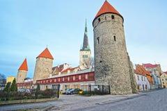 Torres da parede da cidade e do St Olaf Church na cidade velha de Ta Fotografia de Stock Royalty Free