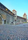 Torres da parede da cidade na cidade velha de Tallinn em Estônia dentro Foto de Stock