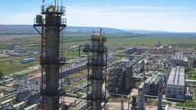 Torres da refinaria do gás contra a opinião aérea da planta filme