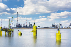 Torres da refinaria do porto de Antuérpia Fotografia de Stock