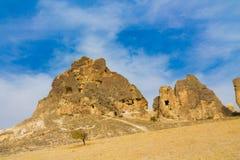 Torres da rocha de Cappadocia com cavernas Imagem de Stock