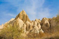 Torres da rocha de Cappadocia com cavernas Fotos de Stock