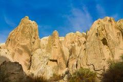 Torres da rocha de Cappadocia com cavernas Fotografia de Stock Royalty Free