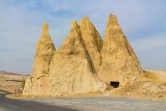 Torres da rocha de Cappadocia perto da estrada Foto de Stock