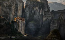 Torres da rocha de monastérios de Meteora sobre eles Foto de Stock