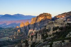 Torres da rocha de monastérios de Meteora sobre eles Imagem de Stock