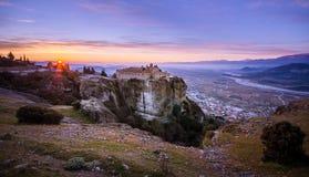 Torres da rocha de monastérios de Meteora sobre eles Imagens de Stock